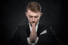 Retrato del hombre de negocios que ruega o que piensa Foto de archivo libre de regalías