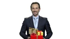 Retrato del hombre de negocios sonriente con las cajas de regalo almacen de video