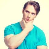 Retrato del hombre de pensamiento hermoso joven Imagen de archivo