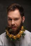 Retrato del hombre del Año Nuevo, barba larga con las decoraciones de la Navidad Imagen de archivo