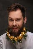 Retrato del hombre del Año Nuevo, barba larga con las decoraciones de la Navidad Fotos de archivo