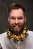 Retrato del hombre del Año Nuevo, barba larga con las decoraciones de la Navidad Fotos de archivo libres de regalías
