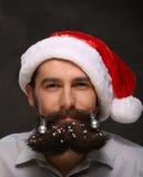 Retrato del hombre del Año Nuevo, barba larga con las decoraciones de la Navidad Imagenes de archivo