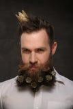 Retrato del hombre del Año Nuevo, barba larga con los conos de la Navidad Fotografía de archivo libre de regalías