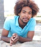 Retrato del hombre del afroamericano en la playa Imagen de archivo libre de regalías