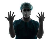 Retrato del hombre del cirujano del doctor que muestra las manos Fotografía de archivo