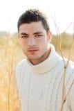 Retrato del hombre del invierno del otoño en hierba secada al aire libre Fotos de archivo