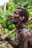 Retrato del hombre del papuan con el arco y las flechas de la tribu de Korowai Kolufo Imagen de archivo libre de regalías