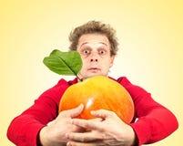 Retrato del hombre divertido con la manzana Fotos de archivo