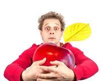 Retrato del hombre divertido con la manzana Foto de archivo libre de regalías