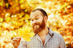 Retrato del hombre divertido en camisa con el pelo y la barba rojos Imagen de archivo