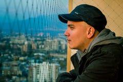 Retrato del hombre en el balcón imagen de archivo