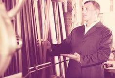 Retrato del hombre en el uniforme que elige moldear que enmarca en estudio Fotos de archivo libres de regalías