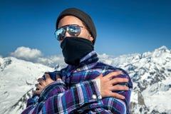 Retrato del hombre en la estación de esquí Foto de archivo libre de regalías