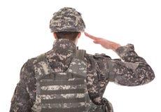 Retrato del hombre en saludar del uniforme militar Fotografía de archivo