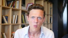 Retrato del hombre enojado joven almacen de video