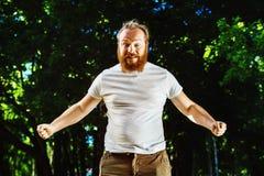 Retrato del hombre enojado joven con el pelo y la barba rojos Imagen de archivo