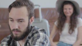Retrato del hombre enojado triste y de la mujer muy feliz en sombrero del verano en el fondo metrajes