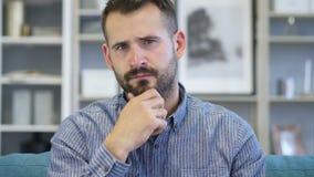 Retrato del hombre envejecido centro de pensamiento en oficina almacen de metraje de vídeo