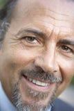 Retrato del hombre envejecido medio que sonríe en la cámara foto de archivo