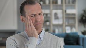 Retrato del hombre envejecido medio subrayado con dolor de cabeza almacen de metraje de vídeo