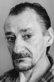 Retrato del hombre expresivo triste serio del viejo adulto Foto de archivo