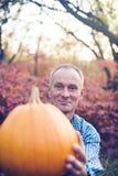 Retrato del hombre feliz con la calabaza enorme Foto de archivo