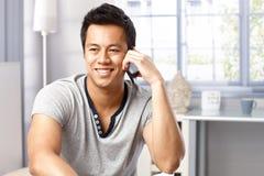 Retrato del hombre feliz en llamada de teléfono Fotografía de archivo