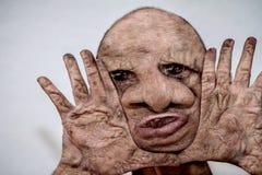 Retrato del hombre feo, repugnante, horrible y desfigurado con la piel quemada, monstruo repulsivo, monstruo de la naturaleza imagen de archivo libre de regalías