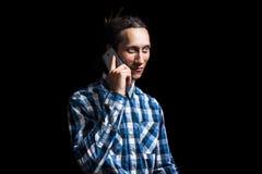 Retrato del hombre fresco joven con los dreadlocks que habla en el teléfono Fotos de archivo