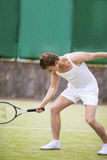 Retrato del hombre hermoso caucásico en el equipo del tenis que presenta con Imagen de archivo libre de regalías