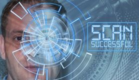 Retrato del hombre hermoso con el modelo de la tecnología en ojo Concepto de la identificación de Digitaces, reconocimiento del o imagenes de archivo