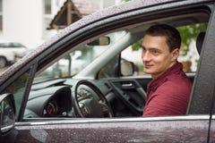 Retrato del hombre hermoso en la ventanilla del coche imagen de archivo