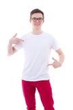 Retrato del hombre hermoso joven en camiseta en blanco que señala en los hims Imagenes de archivo