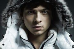 Retrato del hombre hermoso joven en un jacke blanco Imágenes de archivo libres de regalías