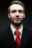 Retrato del hombre hermoso joven (hombre de negocios) en traje negro Foto de archivo