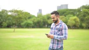 Retrato del hombre indio hermoso joven en parque almacen de video