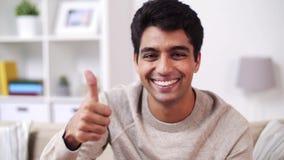 Retrato del hombre indio joven sonriente feliz en casa almacen de video