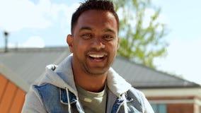 Retrato del hombre indio sonriente en el top del tejado almacen de metraje de vídeo