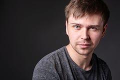 Retrato del hombre joven casual con la barba ligera, formato horizontal Imágenes de archivo libres de regalías