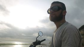 Retrato del hombre joven caucásico en gafas de sol almacen de video
