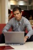 Retrato del hombre joven con la computadora portátil Imágenes de archivo libres de regalías