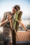 Retrato del hombre joven con la iguana Foto de archivo