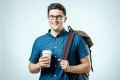 Retrato del hombre joven con la mochila aislada Fotos de archivo libres de regalías
