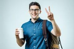 Retrato del hombre joven con la mochila aislada Fotografía de archivo libre de regalías