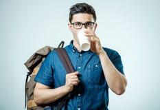Retrato del hombre joven con la mochila aislada Fotos de archivo