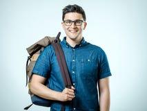 Retrato del hombre joven con la mochila aislada Imagenes de archivo