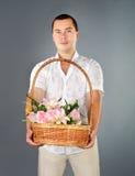 Retrato del hombre joven con las flores imagen de archivo libre de regalías