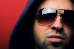 Retrato del hombre joven con las lentes Foto de archivo