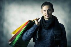 Retrato del hombre joven con los bolsos de compras Fotografía de archivo libre de regalías